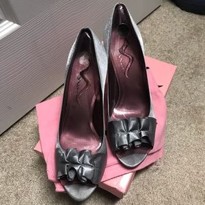 Nina Fulvia Peep Toe Pump in Light Pewter. Size 10